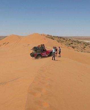 australian 4x4 driver training wrangler on big red simpson desert